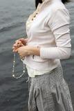 TARGET463_1_ koraliki kobiet ręki Obrazy Royalty Free