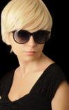 TARGET474_0_ okulary przeciwsłoneczne z krótkim włosy piękna dziewczyna Obrazy Royalty Free