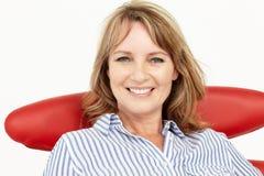 TARGET476_1_ w krześle przy kamerą biznesowe kobiety Obrazy Stock