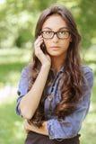 TARGET503_0_ obok ciemnowłosa młoda kobieta Zdjęcie Stock