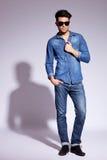 TARGET55_0_ okulary przeciwsłoneczne moda młody człowiek Zdjęcia Stock