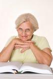 TARGET577_1_ książkę starsza kobieta zdjęcie stock