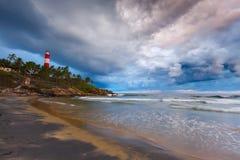 TARGET628_1_ burzę na plaży i latarni morskiej zdjęcia royalty free