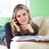 TARGET637_0_ na Telefon Komórkowy zrelaksowana Młoda Kobieta Zdjęcia Stock