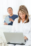 target695_0_ uśmiechniętej kobiety jej laptop Zdjęcia Royalty Free