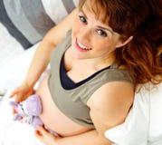 target761_1_ kanapy ciężarną siedzącą uśmiechniętą zabawkę Obrazy Royalty Free