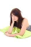 target763_0_ dziewczyny zieloną łgarską piżam poduszkę Fotografia Royalty Free