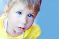 TARGET816_0_ przy kamerę piękna mała dziewczynka Obrazy Stock