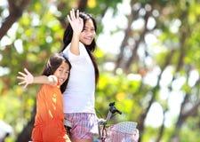 TARGET862_1_ bicykl dwa dziewczyny Obrazy Royalty Free