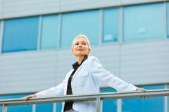 target869_0_ nowożytnej uśmiechniętej kobiety biznesowy copyspace Obrazy Stock