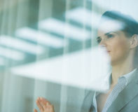 TARGET900_0_ w okno portret biznesowa kobieta Zdjęcie Royalty Free