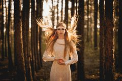 TARGET909_1_ jabłka kobieta z fliyng włosami Zdjęcia Stock