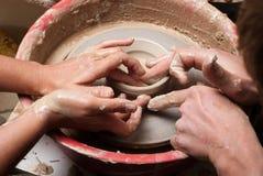 TARGET943_0_ słój ręki garncarka, Fotografia Royalty Free