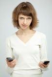 TARGET959_1_ dwa telefon komórkowy piękna uśmiechnięta kobieta Fotografia Stock