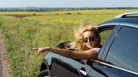 TARGET965_0_ samochód ręka pasażerski daje sygnał Fotografia Stock