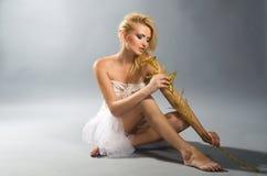 TARGET987_1_ złotej kalii lilly blondynka w biel sukni Obraz Royalty Free