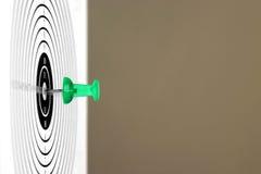 Targetcard met groene speld in het midden Stock Afbeelding