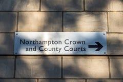 Targhetta della corona e del tribunale distrettuale di Northampton su un muro di mattoni Immagine Stock Libera da Diritti