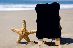 Targhetta sulla spiaggia sabbiosa di tha Fotografie Stock