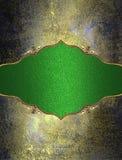 Targhetta verde con il modello dell'oro su struttura di lerciume Elemento per progettazione Mascherina per il disegno copi lo spa Fotografia Stock