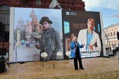 Targi Książki na placu czerwonym w Moskwa Kobieta czyta poezję Sergey Esenin Fotografia Royalty Free