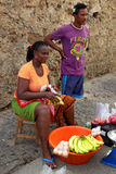 Targowe kobiety sprzedaje owoc, warzywa i ryba w Mindelo, Sao Vincente wyspa, przylądek Verde Fotografia Royalty Free