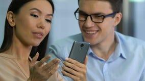 Targowi analitycy szczęśliwi z dane, analizuje ogólnospołecznego sieci badania zastosowanie zbiory wideo