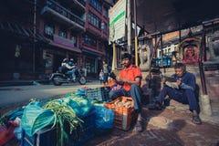 Targowi sprzedawcy przy miejscowym wprowadzać na rynek w Bhaktapur Zdjęcie Stock