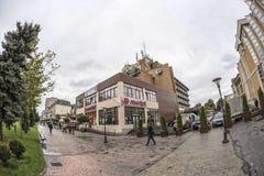 TARGU-JIU, ROMANIA-OCTOBER 08 :大厦在2014年10月08日的市中心在Targu-Jiu 免版税库存图片