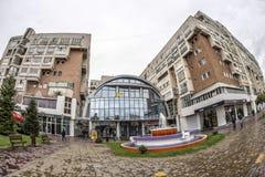 TARGU-JIU, ROMANIA-OCTOBER 08 :大厦在2014年10月08日的市中心在Targu-Jiu 图库摄影