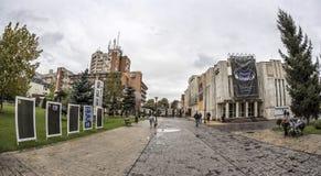 TARGU-JIU ROMANIA-OCTOBER 08: Byggnader i cityen på Oktober 08, 2014 i Targu-Jiu Fotografering för Bildbyråer