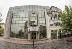 TARGU-JIU ROMANIA-OCTOBER 08: Byggnader i det gamla centret på Oktober 08, 2014 i Targu-Jiu Royaltyfri Bild