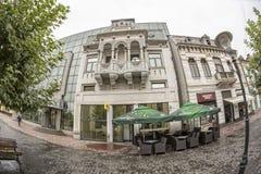 TARGU-JIU ROMANIA-OCTOBER 08: Byggnader i det gamla centret på Oktober 08, 2014 i Targu-Jiu Arkivfoto