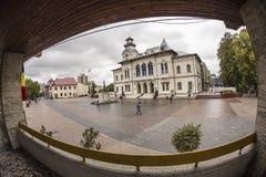 TARGU-JIU, ROMANIA 8 OTTOBRE: Prefettura di Gorj ed il monumento di Ecaterina Teodoroiu l'8 ottobre 2014 in Targu-Jiu fotografie stock libere da diritti
