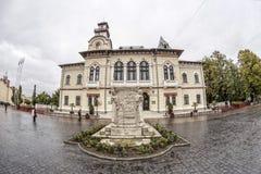 TARGU-JIU, RUMANIA 8 DE OCTUBRE: Prefectura de Gorj y el monumento de Ecaterina Teodoroiu el 8 de octubre de 2014 en Targu-Jiu Imágenes de archivo libres de regalías