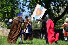 Targu Neamt,罗马尼亚, 2018年5月6日:佩带老中世纪军用设备的男孩战斗作为传统 库存照片