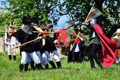 Targu Neamt,罗马尼亚, 2018年5月6日:佩带老中世纪军用设备的男孩战斗作为传统 图库摄影