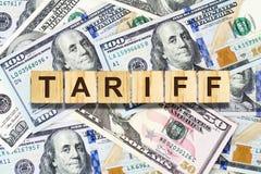 Tarief, inschrijving op de houten blokken op de achtergrond van de Dollarbankbiljetten Zaken, financi?n royalty-vrije stock fotografie