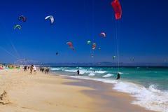 TARIFA COSTA DE LA LUZ, PLAYA DE BOLONIA, SPAGNA - IL 18 GIUGNO, 2016: Surfisti dell'aquilone sulla spiaggia in Spagna immagine stock