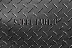 Tarifa de acero de las palabras escrita en la hoja de acero texturizada con concepto del conflicto de la tarifa de acero de la pl Fotografía de archivo libre de regalías