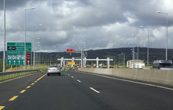 Tarifas do parágrafo na estrada com pedágio na Irlanda Fotos de Stock Royalty Free