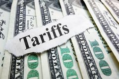 Tarifftidningsrubrik på pengar arkivfoto