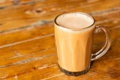 Tariken eller draget mjölkar te, populär drink i Malaysia arkivbilder