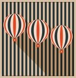 Tarjeta abstracta con los globos del aire caliente, fondo hecho de rayas Imagen de archivo libre de regalías