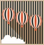 Tarjeta abstracta con los globos del aire caliente, nube blanca, fondo hecho de rayas Imagen de archivo