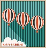 Tarjeta abstracta del feliz cumpleaños con los globos, el fondo hecho de rayas azules viejas y la nube del aire caliente con el m Fotos de archivo libres de regalías