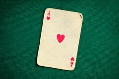Tarjeta antigua en la tabla verde del casino fotografía de archivo