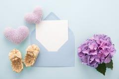 Tarjeta azul del día del ` s de la madre dentro del sobre y de los botines, corazones de la lila, Fotografía de archivo libre de regalías