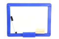 Tarjeta blanca con las etiquetas de plástico coloreadas aisladas en blanco Imágenes de archivo libres de regalías