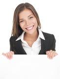 Tarjeta blanca de la muestra de la mujer de negocios Imagenes de archivo